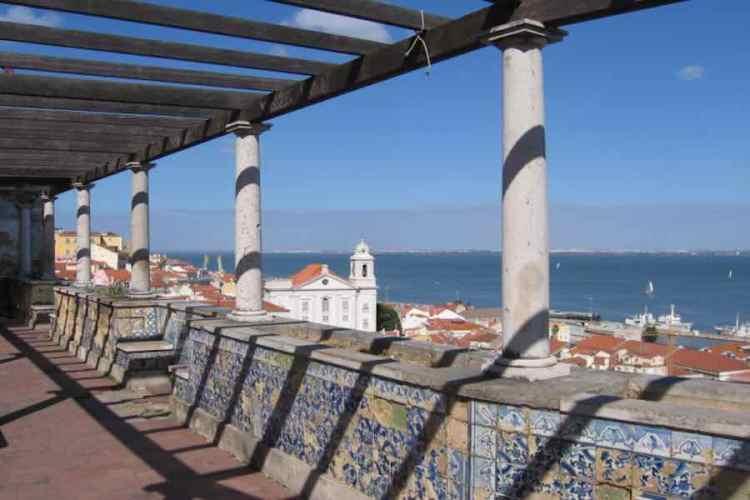 il miradouro de santa luiza a lisbona da vedere durante un viaggio in portogallo