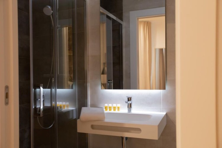 il bagno di una camera del woohoo rooms hotel in centro a madrid