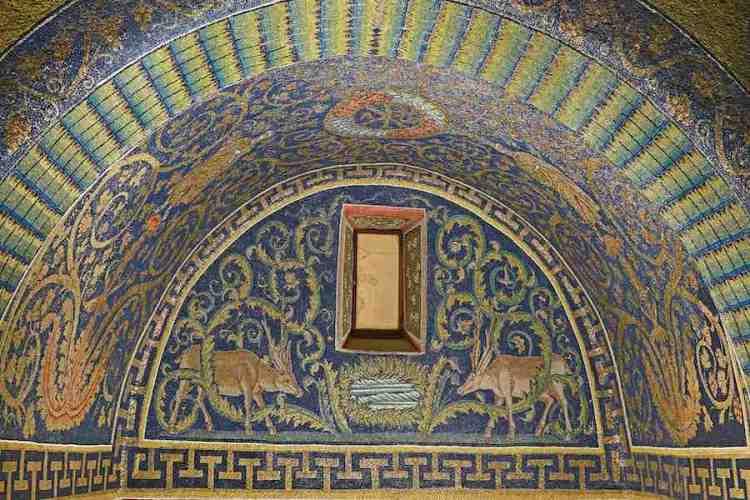 un dettaglio dell'interno del mausoleo di galla placidia