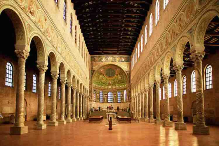 il prezioso interno della basilica di sant'apollinare in classe