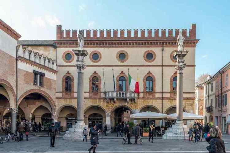 la piazza del popolo di ravenna inizio del tour alla scoperta dei mosaici di ravenna