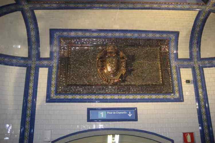 lo scudo metallico del 1919 installato nella stazione di cuatro caminos di metro madrid