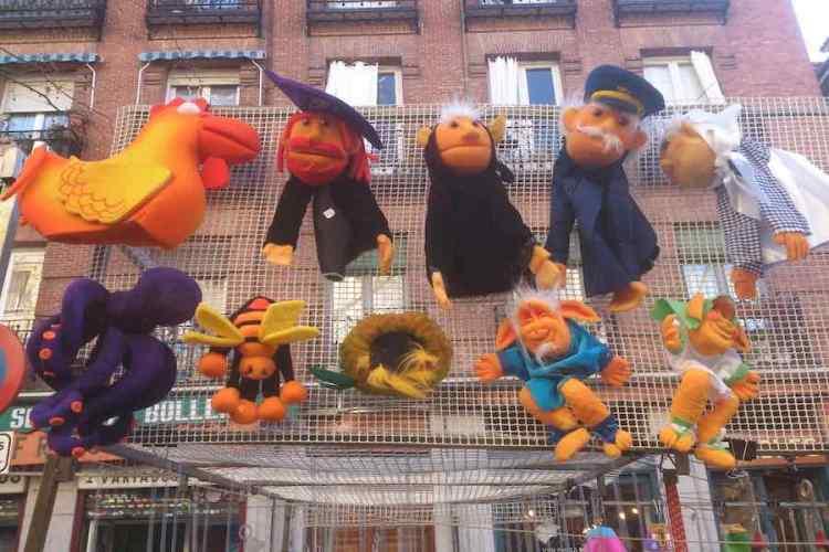 bambole artigianali preparate da artigiani al mercato de el rastro di madrid