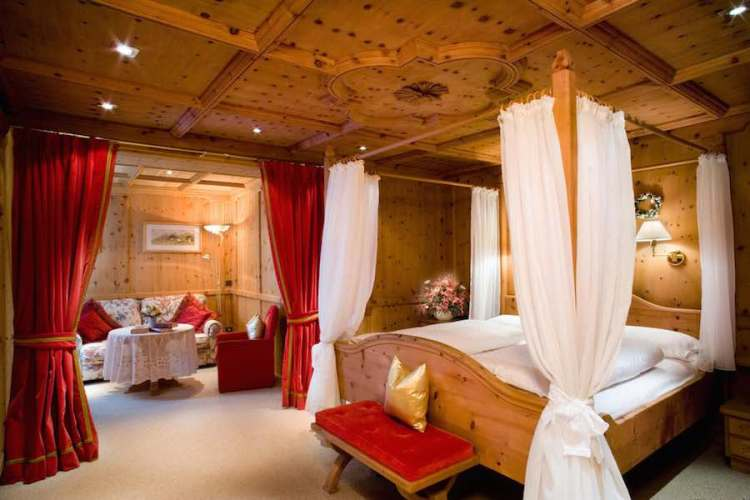 una camera dell'hotel sassongher a corvara in alta badia