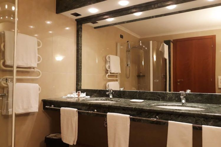 bagno di una camera dell'hotel luna vicino all'aeroporto linate