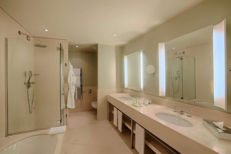 un bagno dell'nh hotel all'aeroporto linate