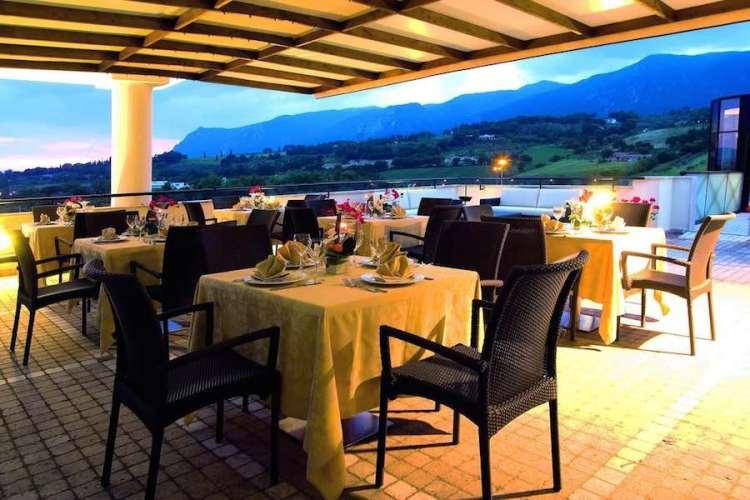 ristorante sulla veranda dell'hotel michelangelo palace a terni vicino alle cascate delle marmore