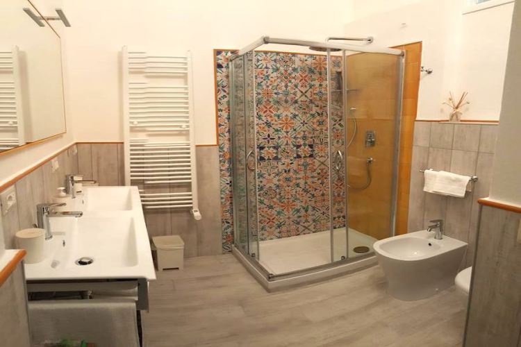 il bagno di una camera del five roses bed & breakfast a pisa