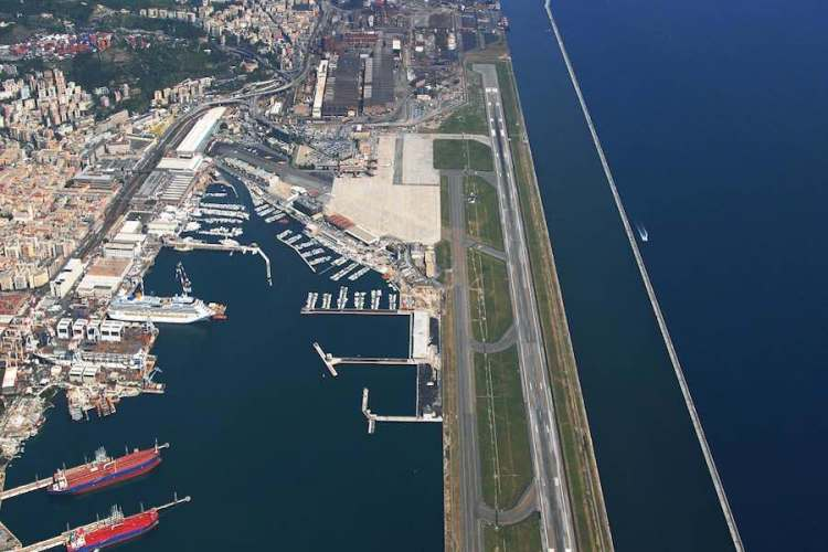 la pista dell'aeroporto genova direttamente sul mare
