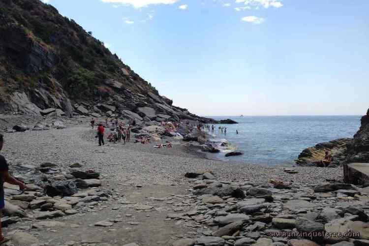 una delle spiagge nel comune di vernazza