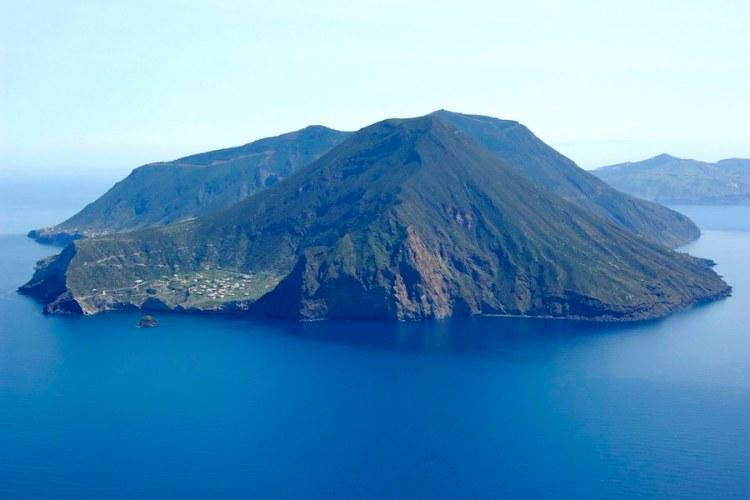 la bellissima isola di salina nell'arcipelago eolie