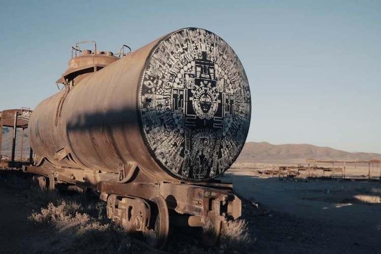 una locomotiva nel cementerio de trenes de uyuni