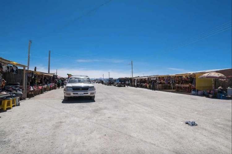 la strada principale di colchani e il mercato artigianale