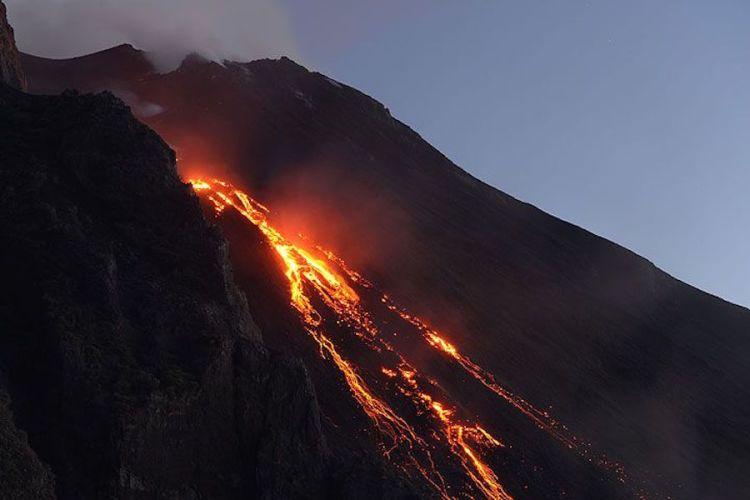 sciara del fuoco sullo stromboli nelle isole eolie sicilia