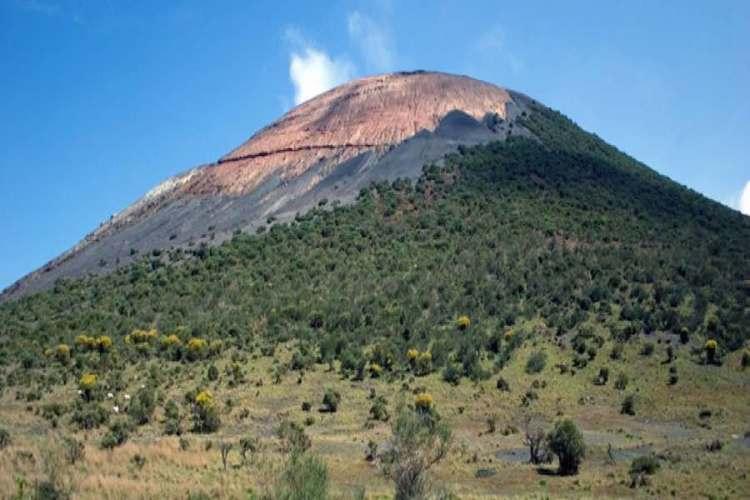 il luogo dove sorgono le grotte dei rossi a vulcano isole eolie