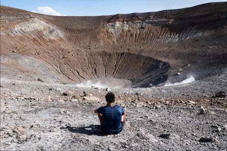il grande cratere del vulcano sull'isola di vulcano nell'arcipelago delle eolie
