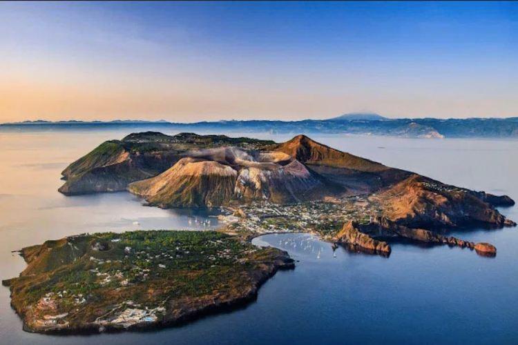 la bellissima vulcano nel mare di sicilia