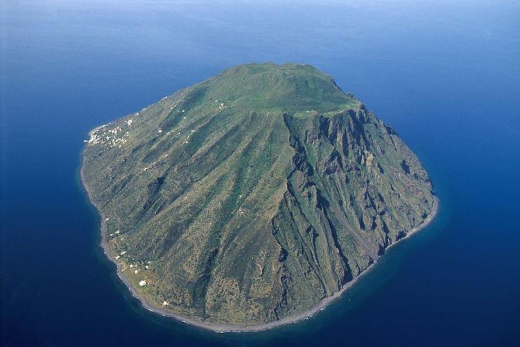 l'isola di alicudi dall'alto