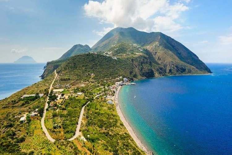 una bellissima panoramica di filicudi isole eolie