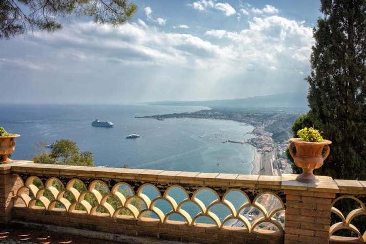 il belvedere della villa comunale di taormina in sicilia