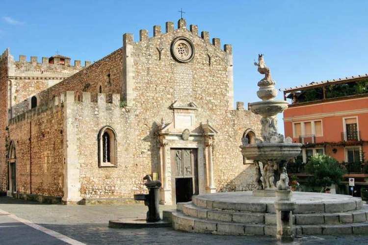 la facciata e la fontana della cattedrale di san nicola di taormina