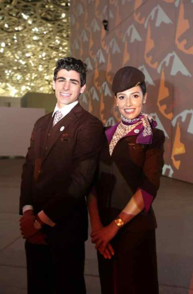 Etihad-Airways-Cabin-Crew-wear-new-limited-edition-scarves-and-ties-by-D...-674x1024 Etihad, celebra 15 anni in volo