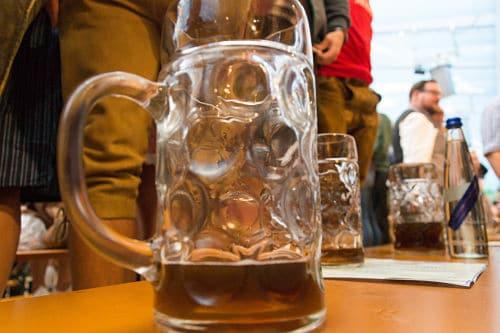 La particolare birra analcolica servita il primo giorno prima delle 12
