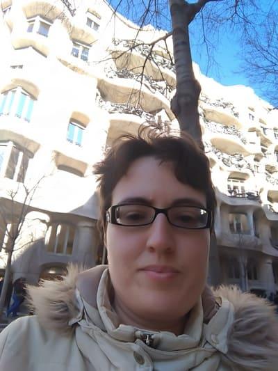 Maria Alessandra Pallotta davanti Casa Milà