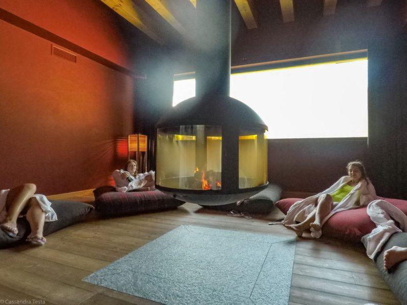 Sala relax con caminetto QC Terme Dolomiti