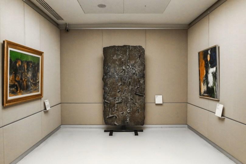 No, quella stele non ricordo proprio di chi sia... chiamiamola Stele di Rosetta Postmoderna