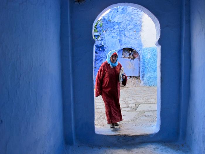 Una donna di Chefchaouen, circondata di azzurro