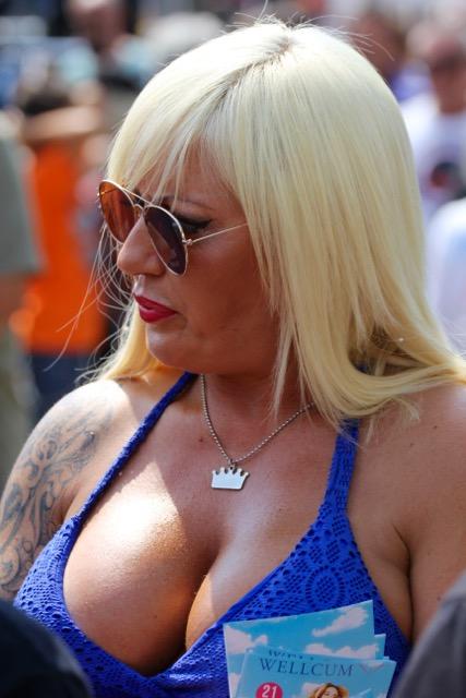 Seducente signora al Biker Bikini Benefit 2018