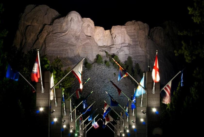 Mount Rushmore illuminato dalle luci serali