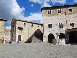 Piazza Silvestri, a destra il Palazzo dei Consoli, con la scalinata che conduce al teatro Torti, e a sinistra la chiesa dei santi Domenico e Giacomo
