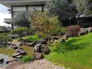 Le pietre nel laghetto del giardino dell'istituto giapponese di roma