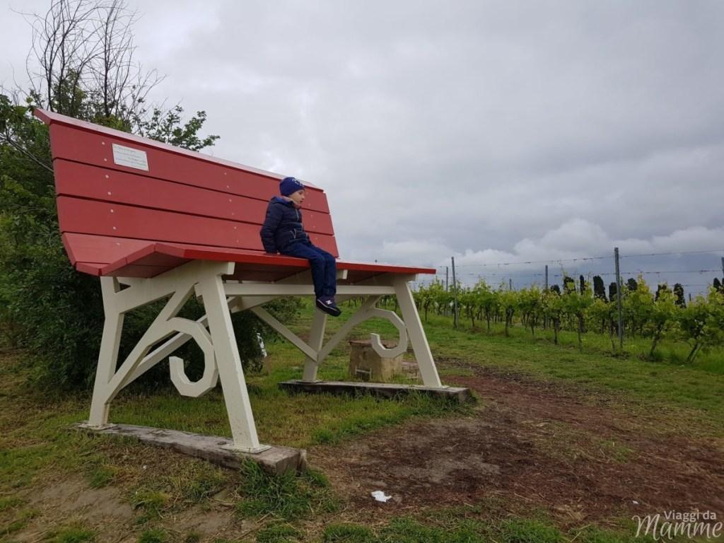 Visitare il Monferrato: cosa vedere a Casale e dintorni - panchine giganti