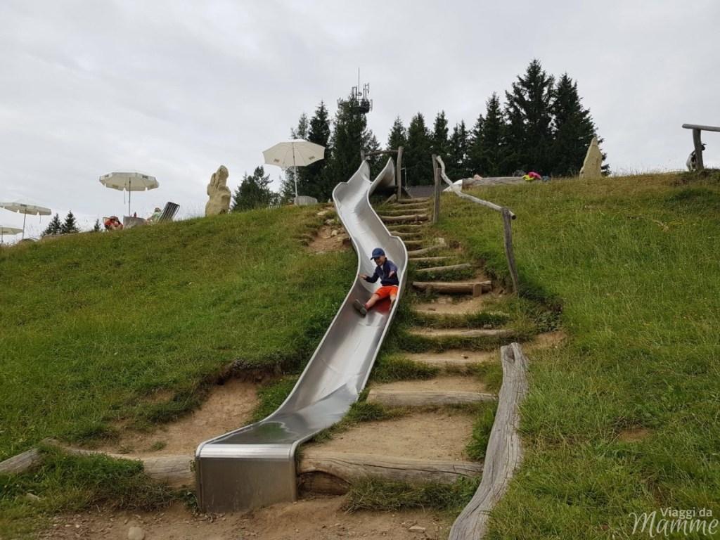 Marinzen: la piccola Alpe ideale per bambini sopra Castelrotto -scivolo che conduce al parco giochi-