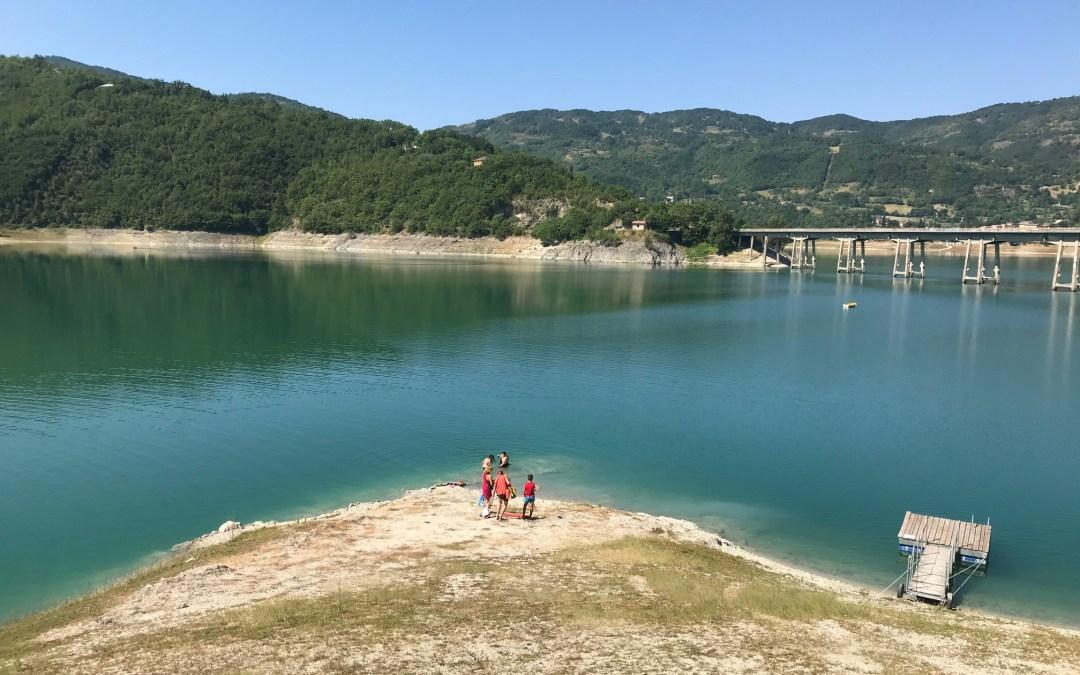 Le spiagge del lago del Turano