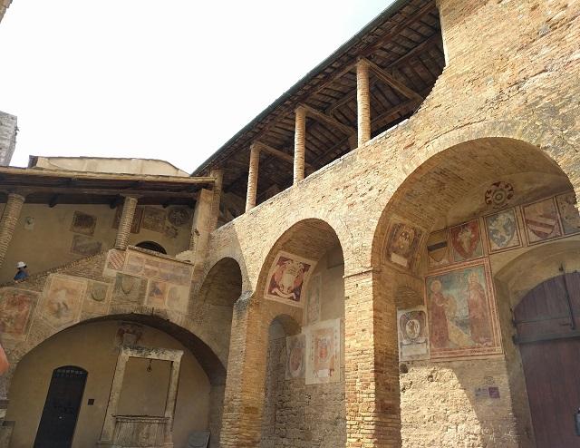 affreschi-cortile-palazzo-popolo-san-gimignano