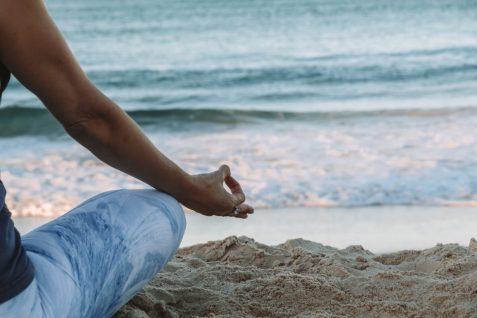 yoga alle maldive foto di chelsea gates Unsplash viaggi spiritualità e benessere