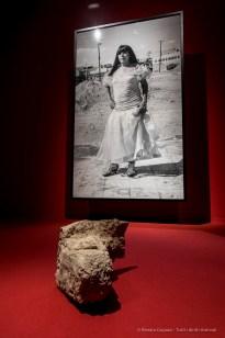 """Karla, Hilario Reyes Gallegos, 2016. Prostituta transessuale picchiata a morte all'età di 64 anni, 22 dicembre 2015, Ciudad Juárez, Mexico. Foto in bianco e nero su carta, un facsimile del certificato di morte, suono (2'08""""), un oggetto trovato sul luogo del crimine (sasso di cemento), Ciudad Juárez, Messico. Stampa in bianco e nero 242x153 cm, con cornice. Facsimile 32x26 cm, con cornice. Oggetto ritrovato 21x38x12 cm"""