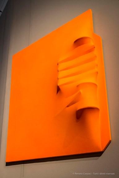 Agostino Bonalumi, Arancione, 1971, 100x80x14 cm, Tela estroflessa e tempera vinilica