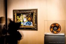 A sx: Pablo Picasso, La granceola (1940) Olio su tela; 65 x 92 cm Collezione privata; a dx: Pablo Picasso, Piatto spagnolo di ceramica decorato con un occhio e dei tori; sul retro: testa di toro (20 maggio 1957). Argilla rossa, pezzo tornito; fronte: decorazione a ingobbio e incisioni sotto invetriatura parziale a pennello; retro: decorazione a ingobbio nero inciso sotto invetriatura; 40 x 40 x 5,5 cm; inv. MP3741 Paris, Musée National Picasso.