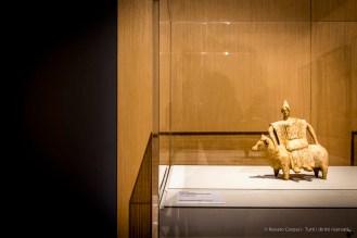 Anonimo, Statuetta raffigurante Europa sul toro (475-450 a.C.). Marmo; 20,5 x 21,5 cm; inv. MNC 626 - 9830684 AGR Paris, Louvre, Départements des Antiquités greques, étrusques romaines