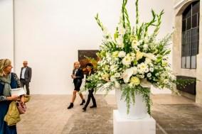 Willem de Rooij, Bouquet IX, 2012. Composizione floreale, 10 varietà di fiori bianchi, vaso bianco in ceramica, diametro: 100 cm. Courtesy Galerie Buchholz, Berlin/Cologne/New York