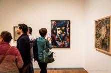 Di fronte: Johannes Itten, Komposition in Blau 1918. Olio su tela, 120 x 80,5 cm. Kunstmuseum Bern; a dx, Alice Bailly Fantaisie équestre de la dame rose 1913. Olio su tela, 87 x 100 cm. Kunstmuseum Bern