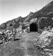 Rodolfo Mazzeranghi, Lo scavo del primo tunnel della strada sotto la rocca dell'Argimonia, 1951, fotografia