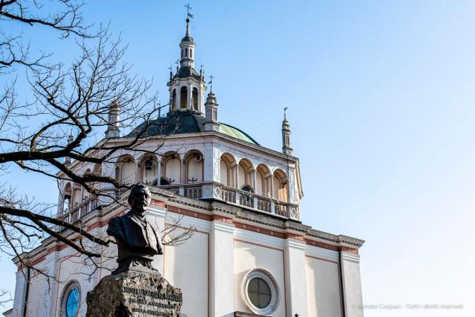 Il busto del fondatore di fronte alla chiesa