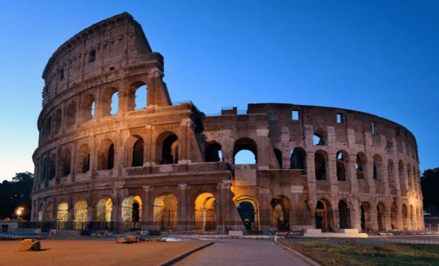 Coliseo Romano al anochecer.