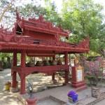 A la entrada de Dhammayazika como en muchos otros lugares en todo Myanmar hay jarras de agua para los visitantes